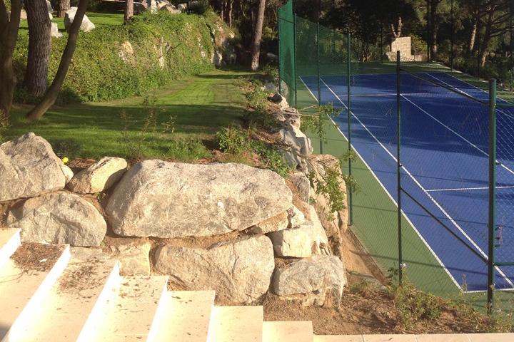 Jardineria, riego, urbanización y pista polideportiva en vivienda Avda Supermaresme,  Llavaneres, Barcelona